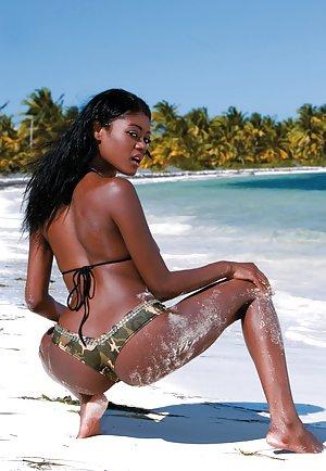 Sexy Black Girls in Beach Porn Pics